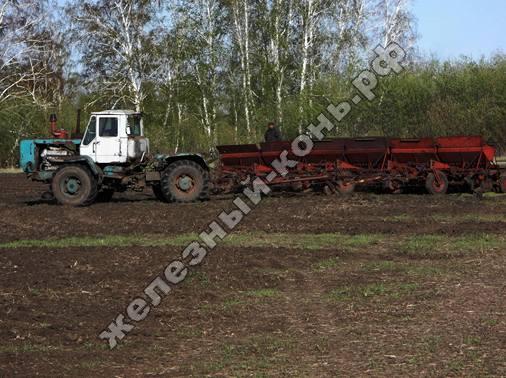 Посевная кампания 2013 на Алтае. Трактор Т-150К с сеялкой СЗП-3,6А фото