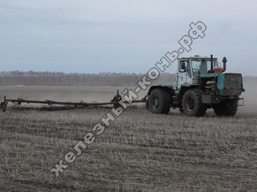 Трактор Т-150К. Ранневесеннее боронование фото