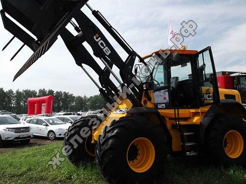 Колёсный фронтальный погрузчик JCB Farm Master Agri 434s